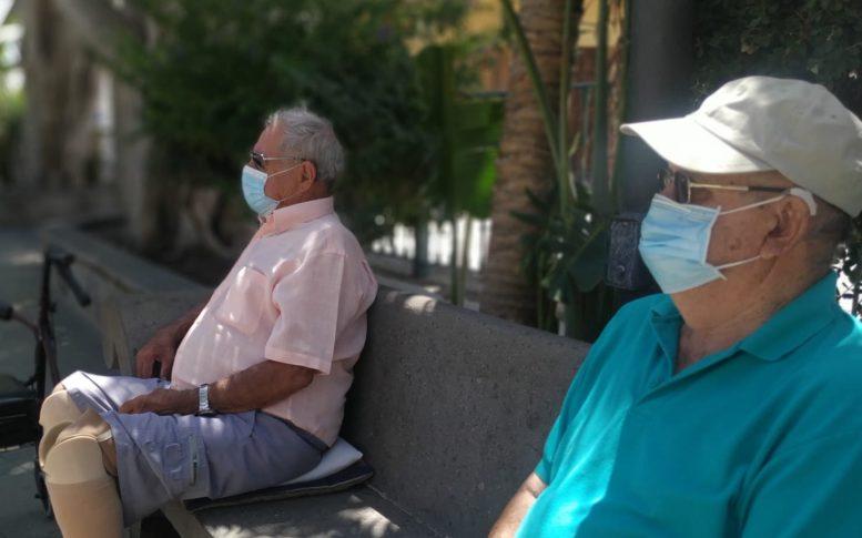 Vecinos con mascarilla